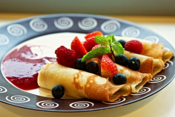 erdbeeren gesund frühstück crep konfitüre frische früchte
