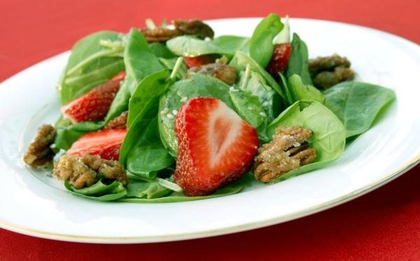 erdbeeren gesund frischer feldsalat walnüsse