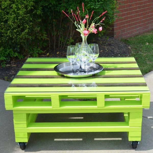 gartenmöbel aus paletten couchtisch auf rollen grün