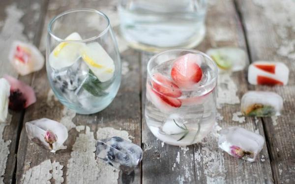 gesundes wasser mit eiswürfeln zitronen erdbeeren erfrischend