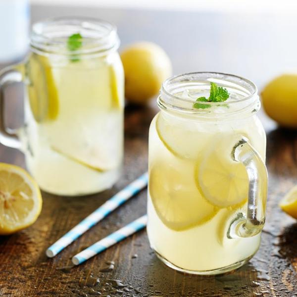 heißes wasser mit honig zitrone minze gesundes wasser
