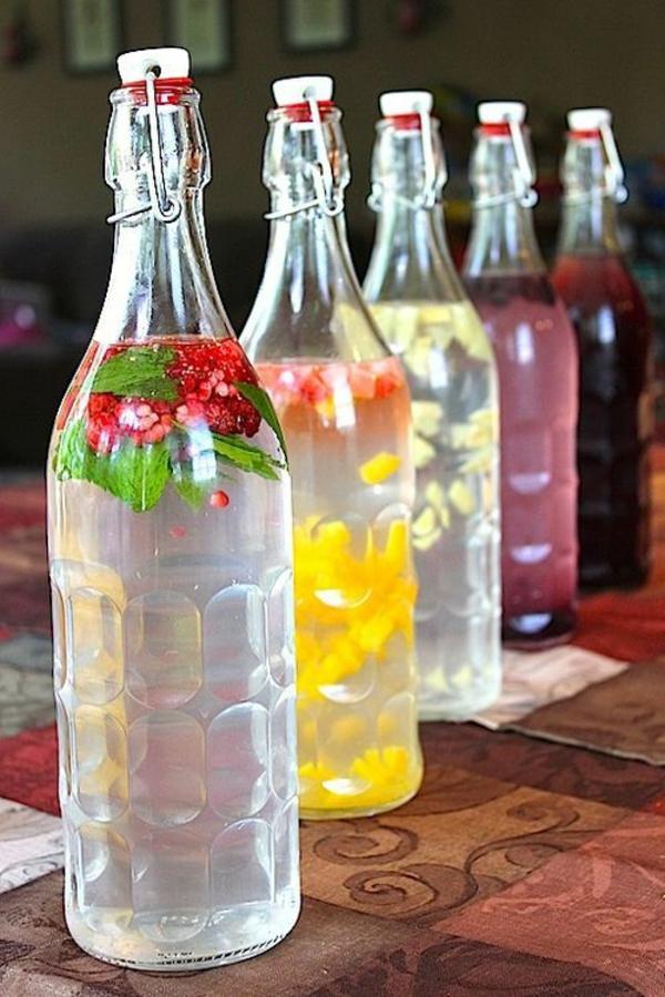 heißes wasser mit obst und gemüse erfrischende gertänke flaschen