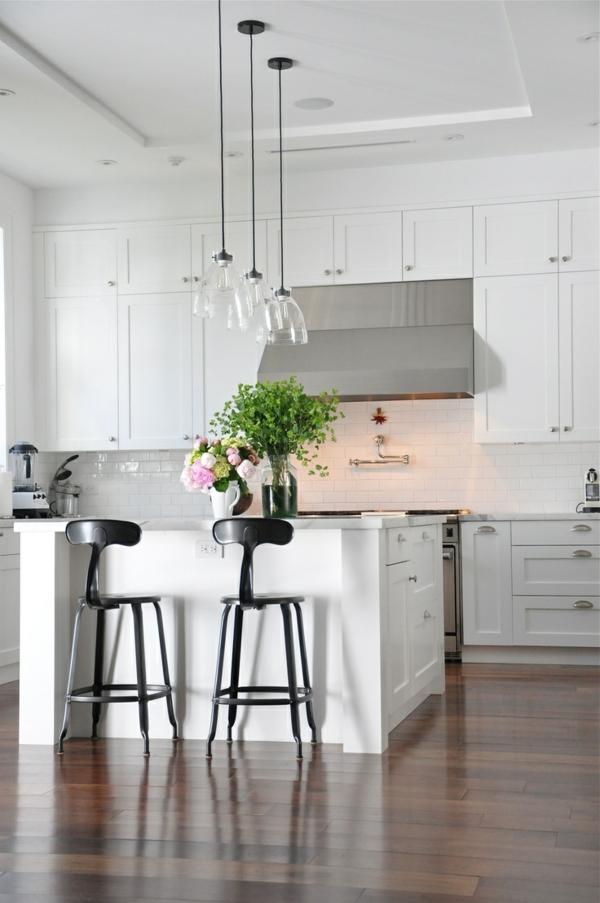 küchendesign kücheninsel pendelleuchten glas holzfliesen boden