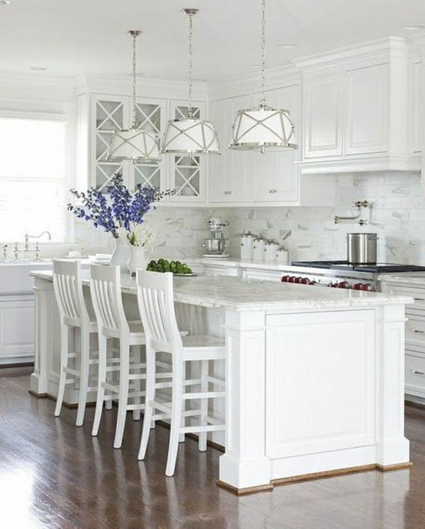 küchendesign kücheninsel weiße einrichtung pendelleuchten blumen