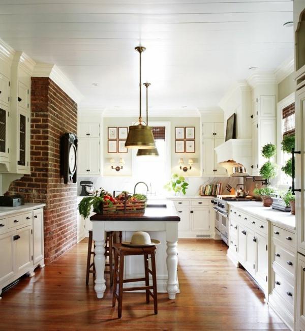 küchendesign kücheninsel ziegelwand holzboden weiße einrichtung