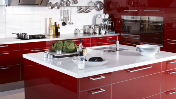 kücheneinrichtung rotes design stilvoll weiße arbeitsplatte