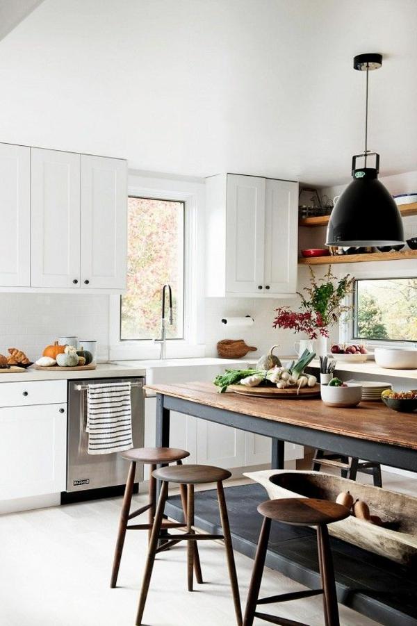küchenregale weiße küchenschränke rustikaler esstisch
