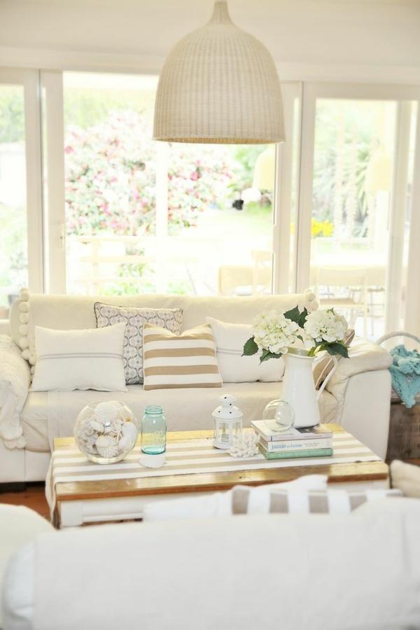 kissen landhausstil weißes sofa blumen tischdeko
