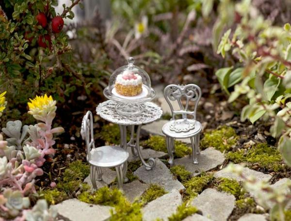 kleine gärten anlegen gartentisch stühle torte