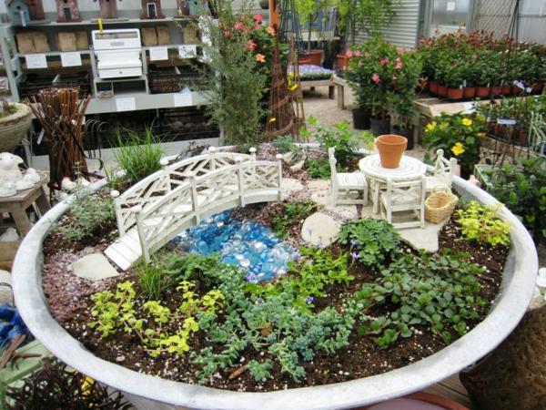 kleine gärten anlegen miniatur holzbrücke runder tisch stühle
