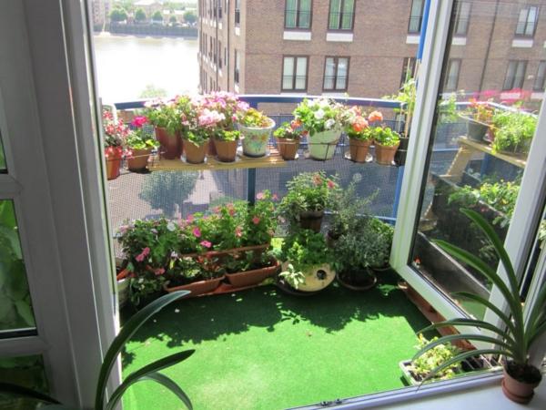 kleinen balkon gestalten pflanzen stimmung