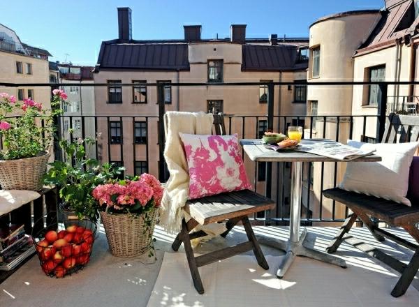 kleiner balkon design klappbare stühle pflanzen