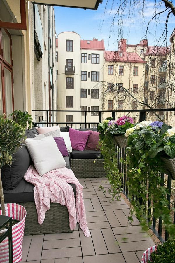 kleiner balkon design stilvoll holzfliesen balkonmöbel