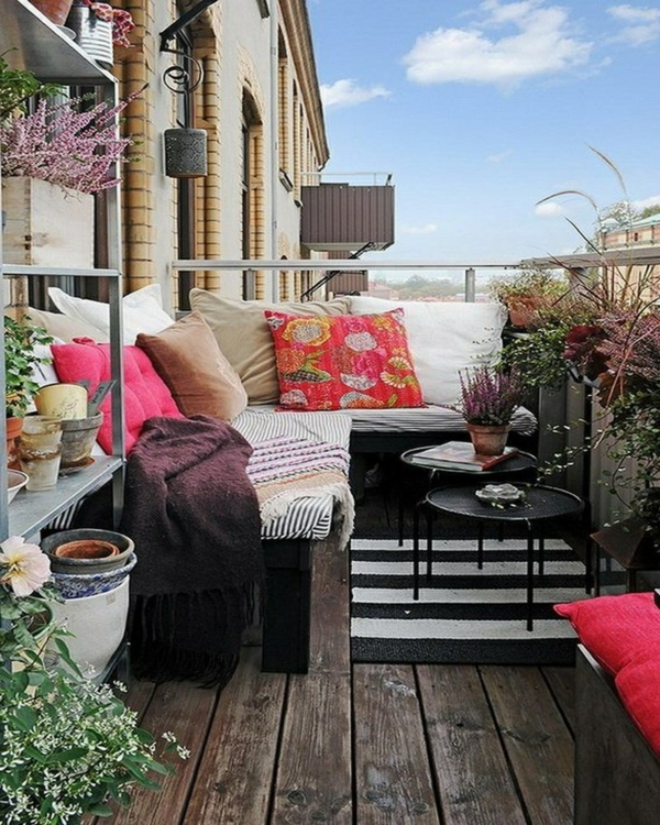 kleiner balkon gestaltungsideen holzboden balkonmöbel
