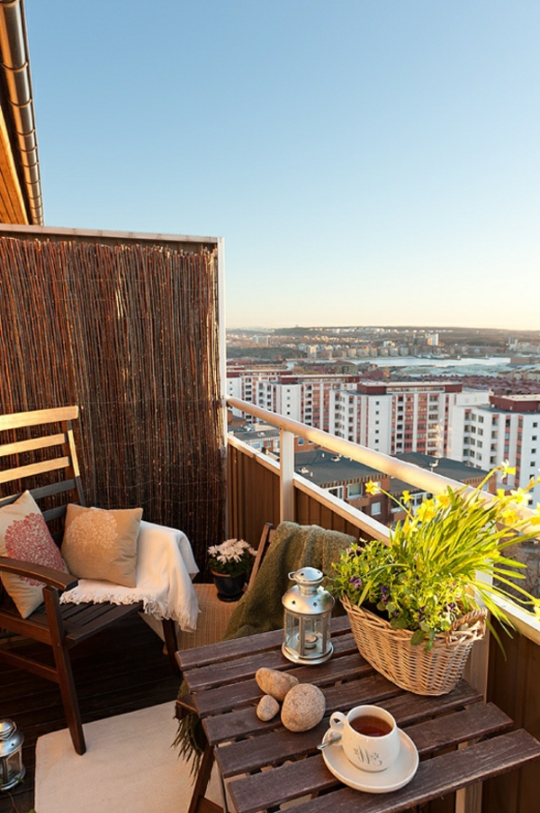 kleiner balkon ideen rustikaler balkontisch dekokissen
