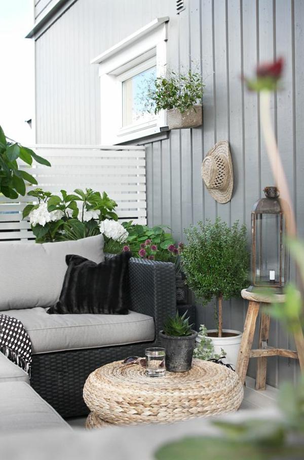kleiner balkon rattanmöbel lausgafallener balkontisch rustikaler beistelltisch pflanzen