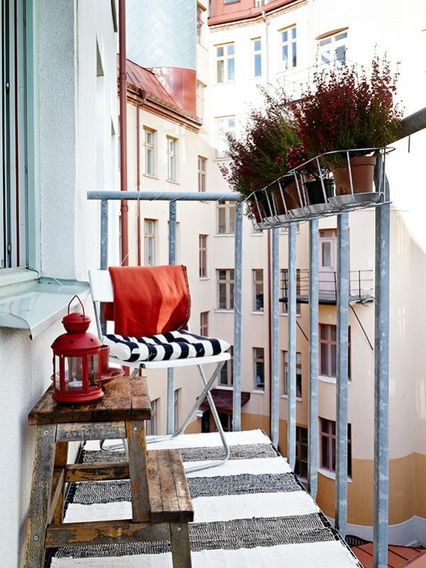 kleiner balkon teppichläufer streifen rustikaler tisch