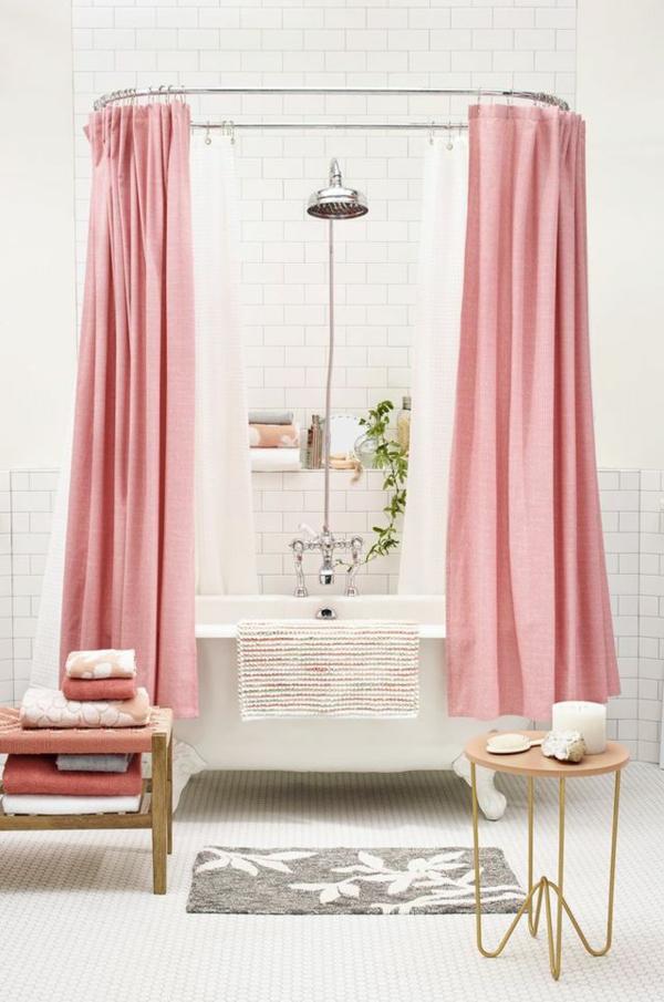 kleines bad einrichten ideen freistehnde badewanne badvorhänge rosa