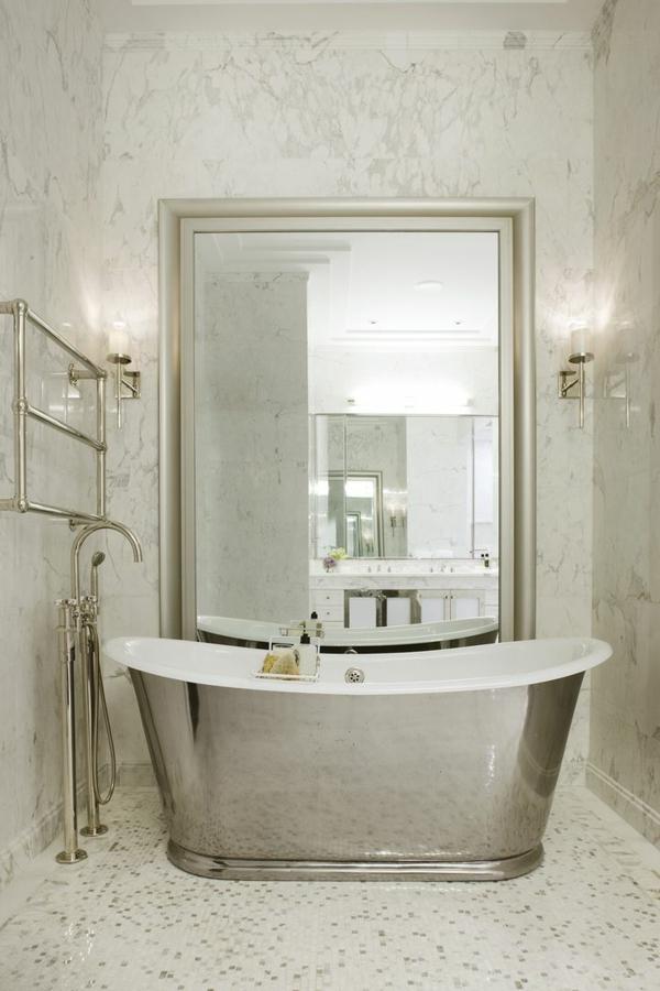 kleines bad einrichten ideen freistehnde badewanne silber Handtuchtrockner