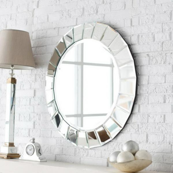 kleines badezimmer ovaler spiegel schöner rahmen elegant