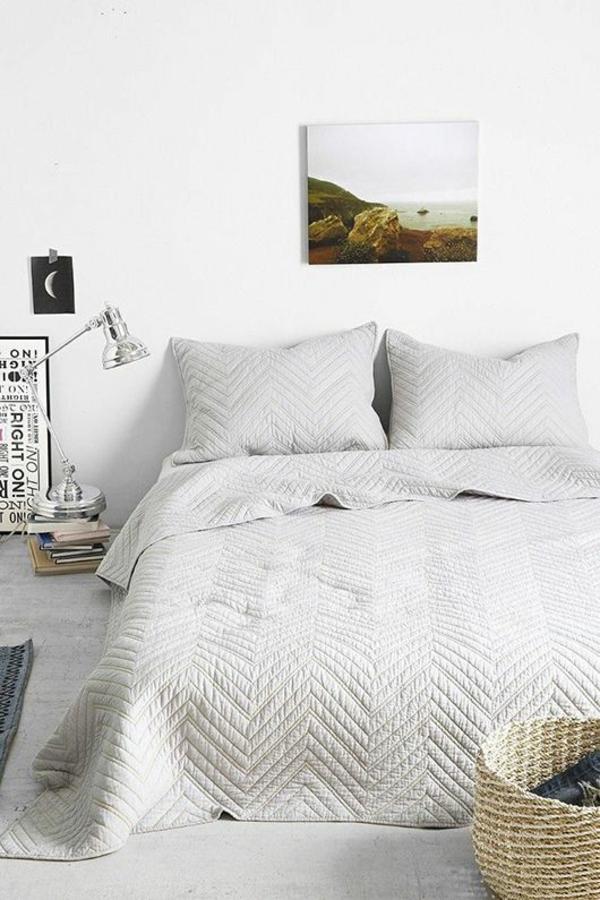 kleines schlafzimmer schlafzimmerwand bild aufbewahrungskorb