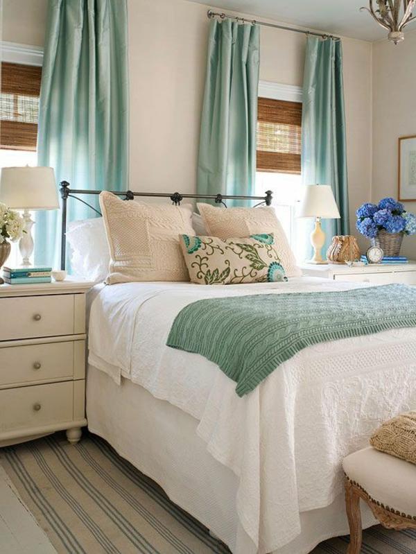 kleines schlafzimmer hellgrüne weiße bettwäsche