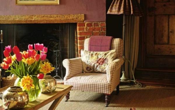 landhausstil wohnzimmer einrichtung kamin tulpen tischdeko