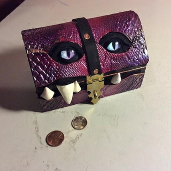 ledertaschen augen zähne violett