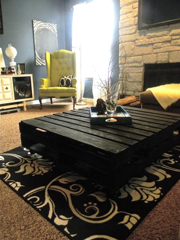 möbel aus paletten schwarzer couchtisch eleganter wohnzimerteppich