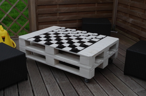 möbel aus paletten weiß schachtafel außenbereich