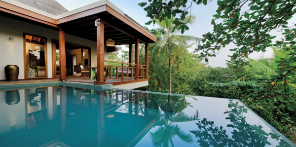 malediven urlaub infinity pool überdachter balkon