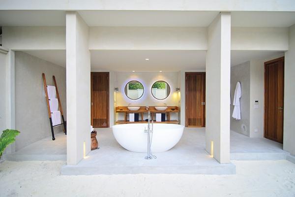 malediven urlaub offenes badezimmer ovale freistehende badewanne