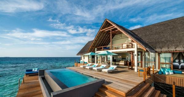 malediven urlaub pool holzbedeckte terrasse strohdach