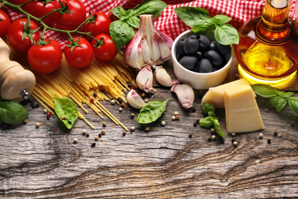mediterrane diät spaghetti schwarze oliven käse knoblauch