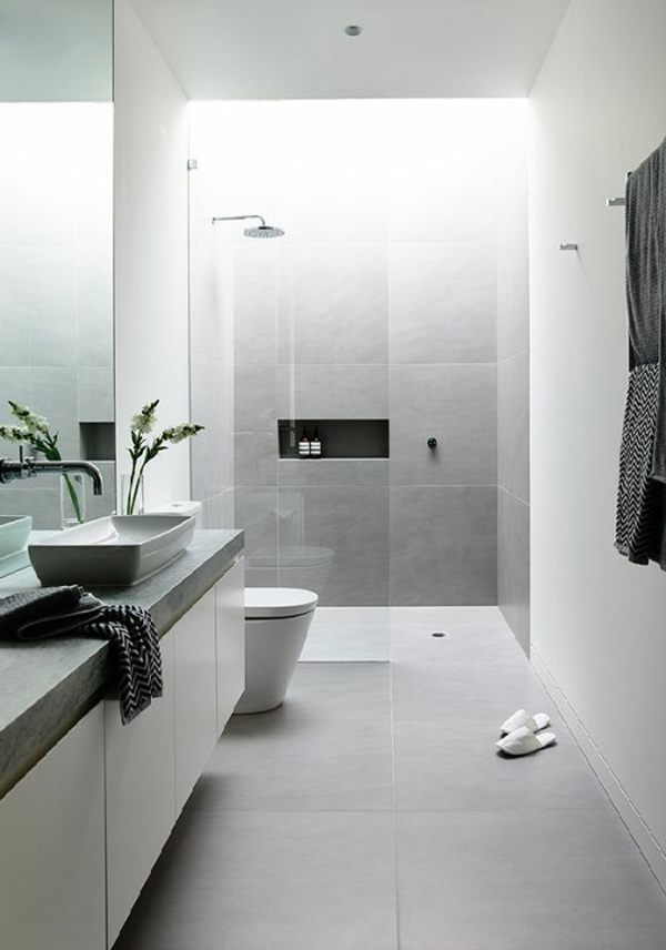 modernes badezimmer weiß hellgrau fliesen pflanze