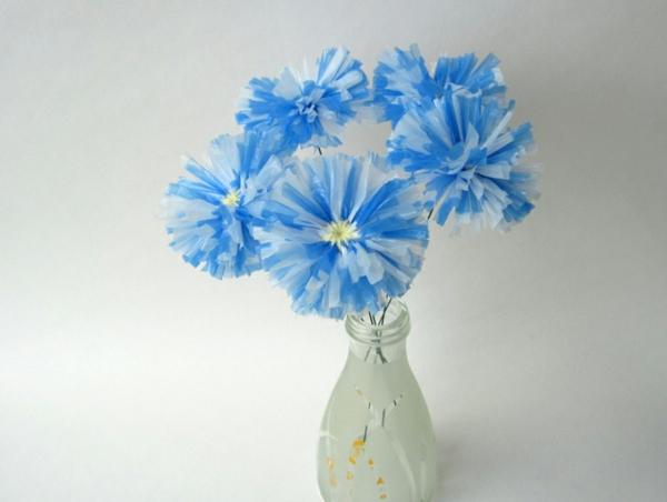 nachhaltiger konsum zarte blaue blumen plastiktüten