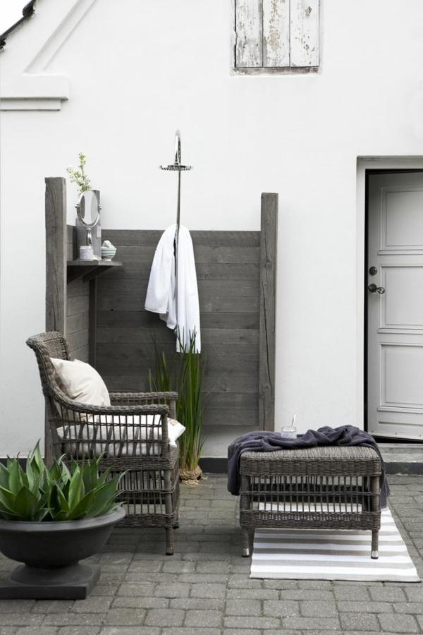outdoor dusche sommer badezimmer auf der terrasse rattanmöbel