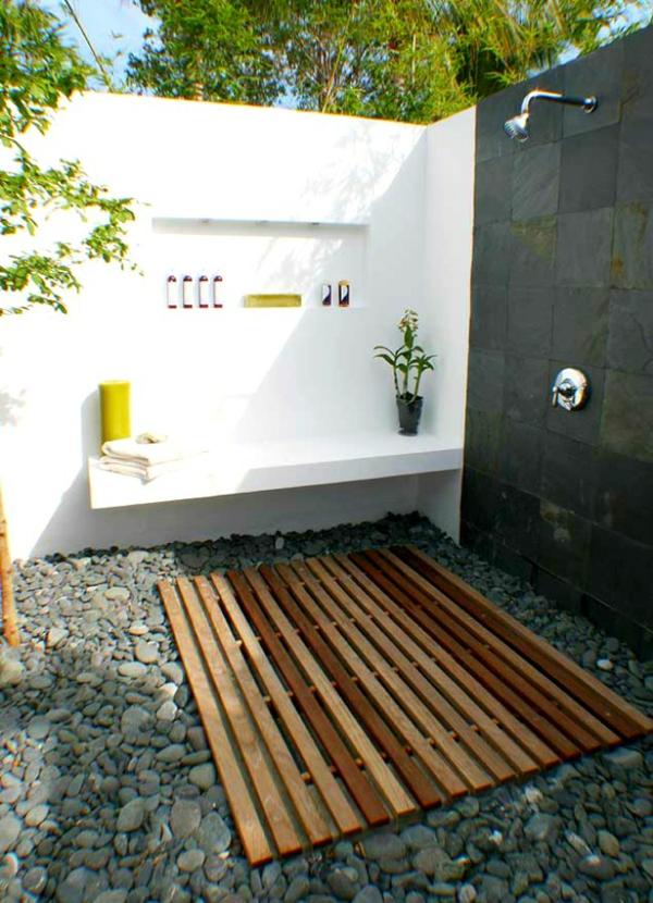 outdoor dusche sommer badezimmer holzboden kiselsteine