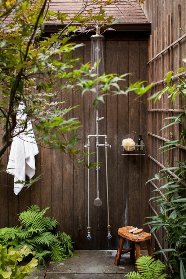 outdoor dusche sommer badezimmer holzwände gartenpflanzen rustikal