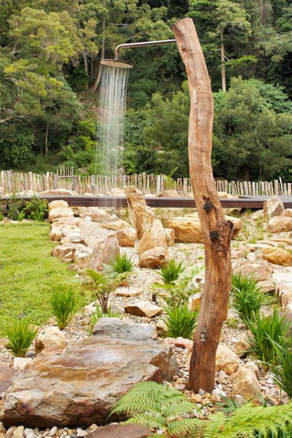 solardusche steingarten gestalten holz
