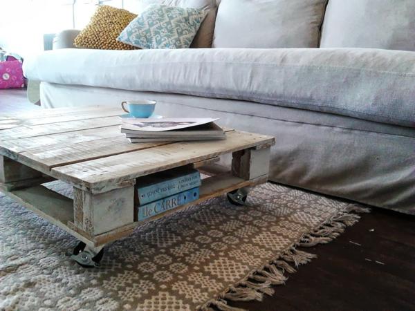 paletten wohnzimmertisch:Rustikaler Couchtisch, der gut auf das Sofa und die Dekokissen