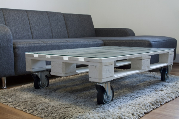 paletten tisch räder wohnzimmer weicher teppich