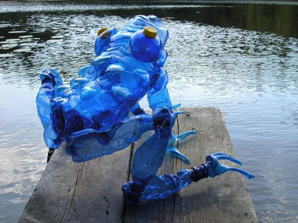 pet flaschen kunst art giganter blauer frosch