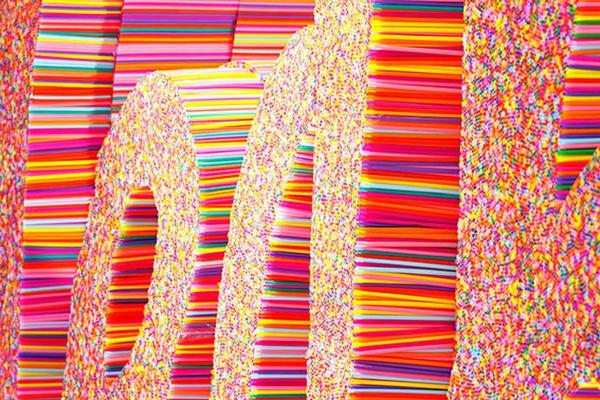 plastik kunst strohhalme bunt deko