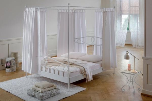schlafzimmer design betthimmel weißer teppich