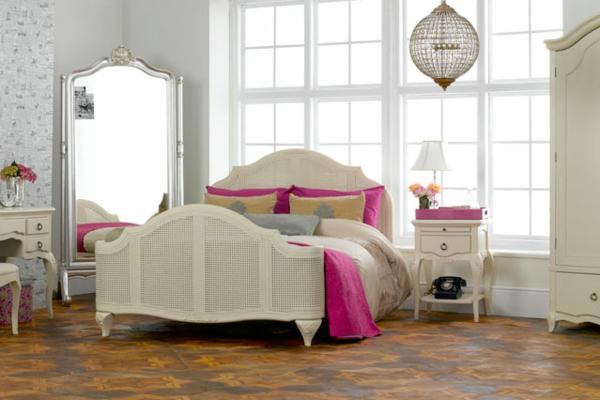 schlafzimmer einrichten großer spiegel blumen