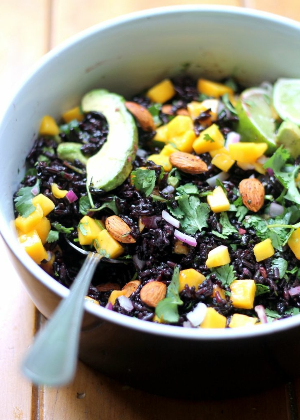 schwarzer reis speise mango avokado nüsse