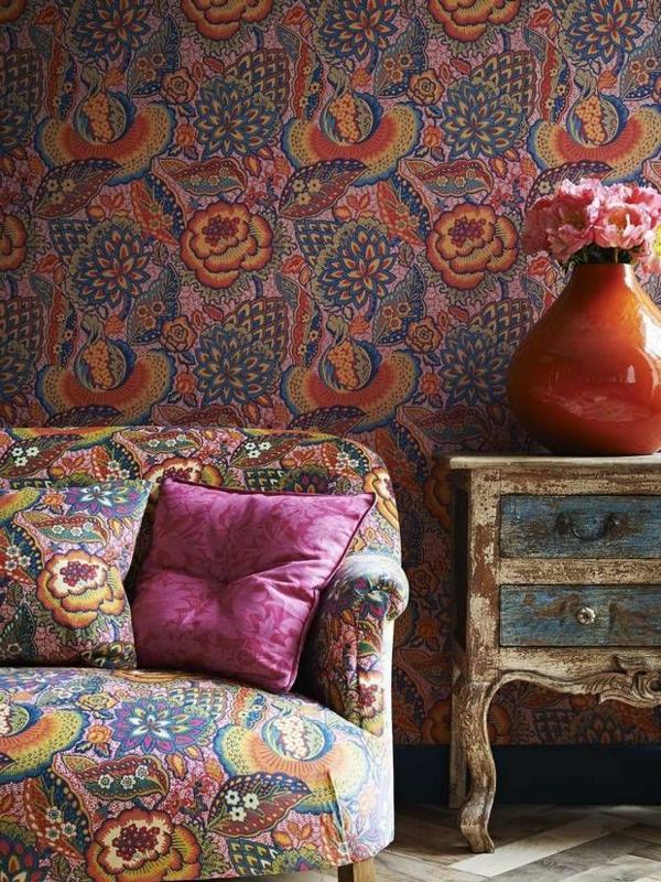 tapete mit muster wohnzimmer florale motive sofa dekokissen