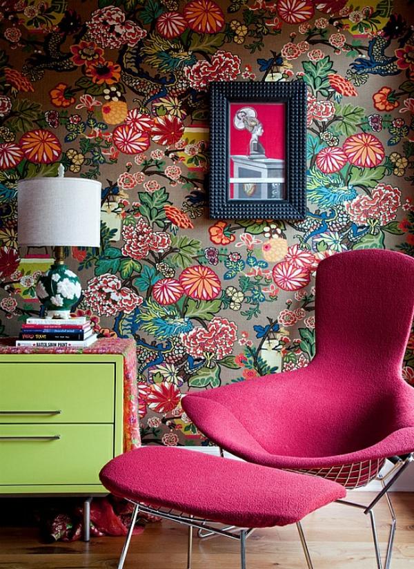 tapete wohnzimmer rosa sessel grüne kommode