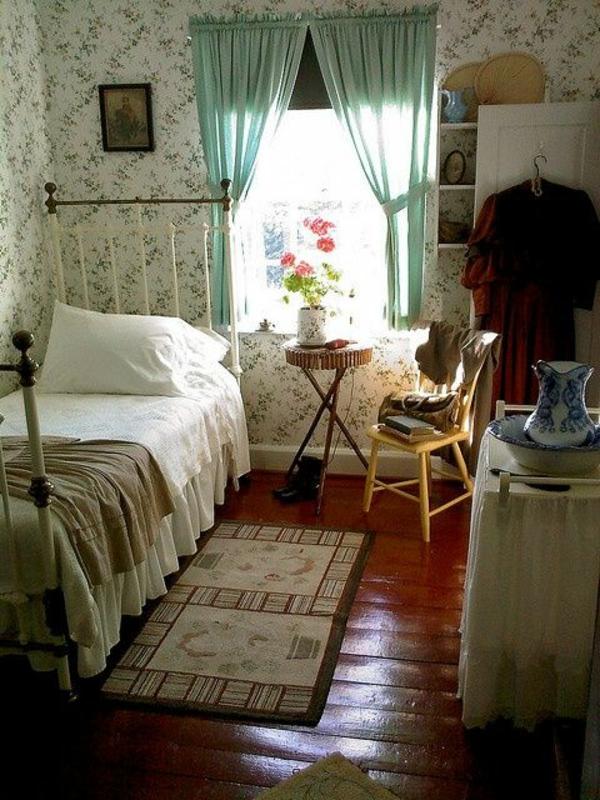 tapeten muster schlafzimmer beistelltisch grüne gardinen